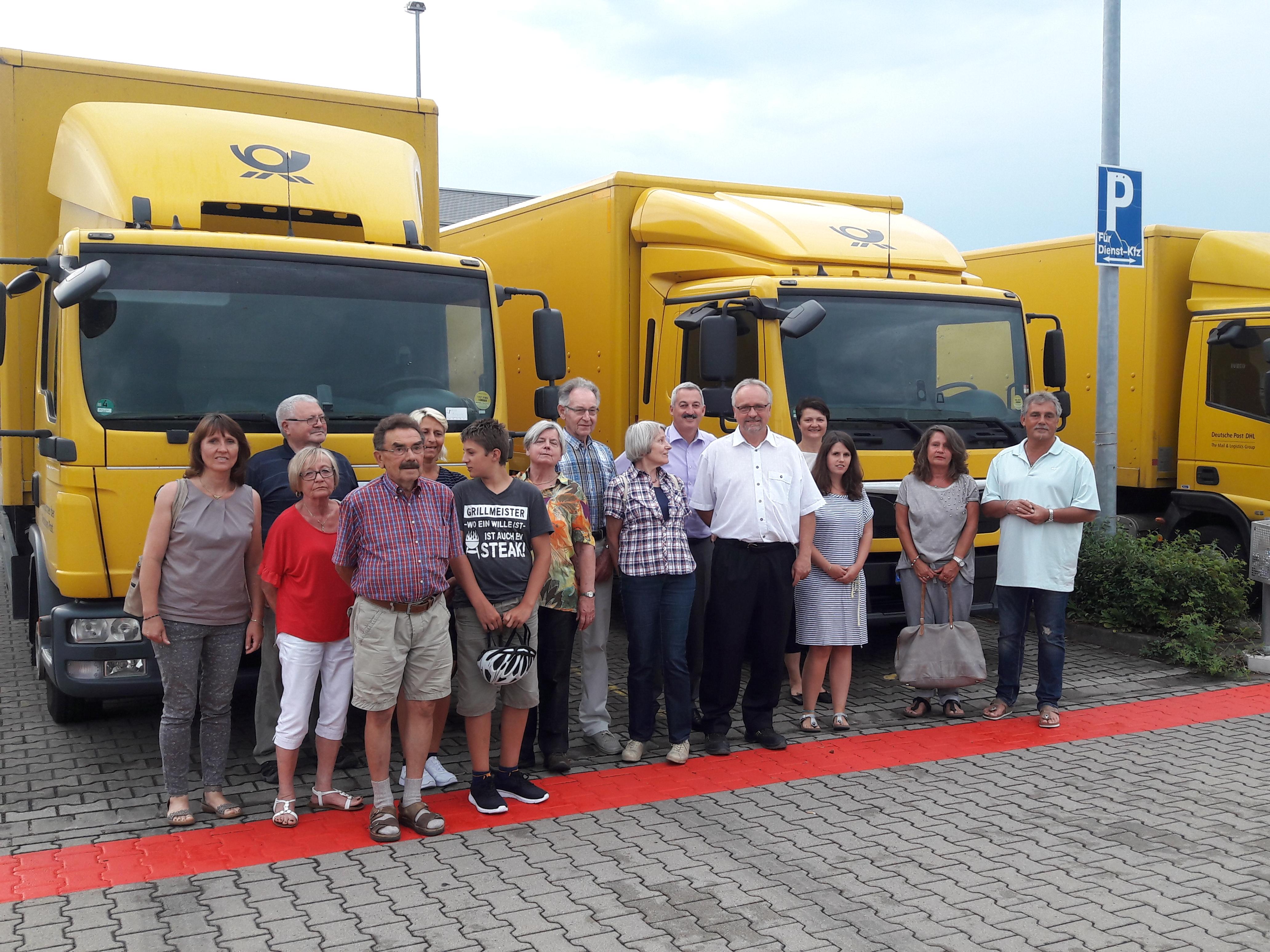Besuchergruppe von den Postautos. In der Mitte vorne Herr Johannes Streit, dahinter 1. Bürgermeister Roland Schmitt